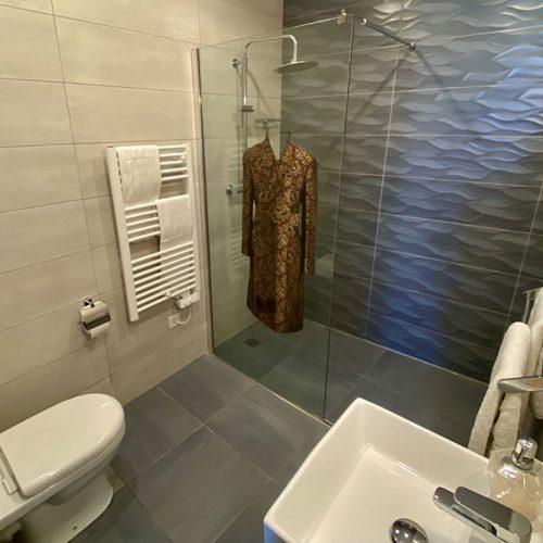 Room-343-shower-room